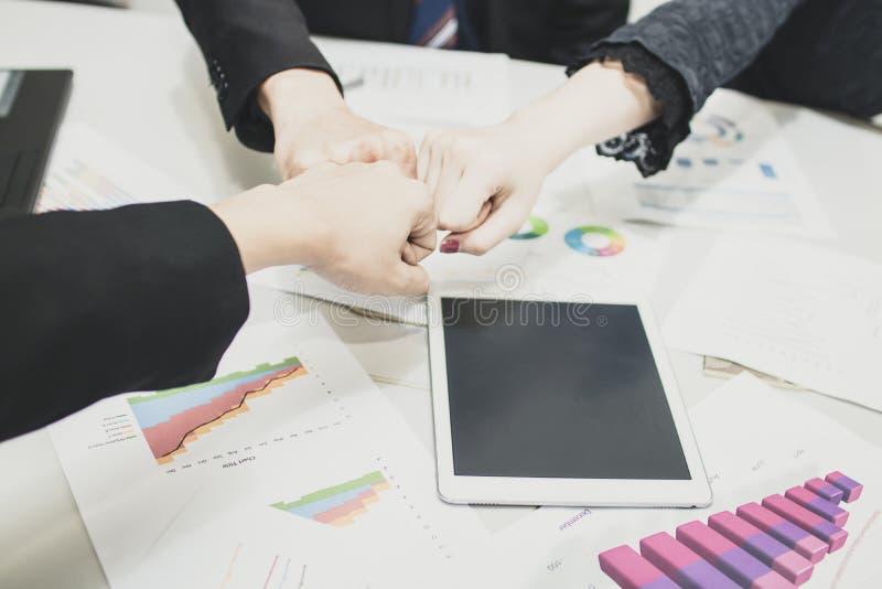 Ομάδα διάτρησης επιχειρηματιών μαζί για την έννοια ομαδικής εργασίας στοκ φωτογραφία με δικαίωμα ελεύθερης χρήσης