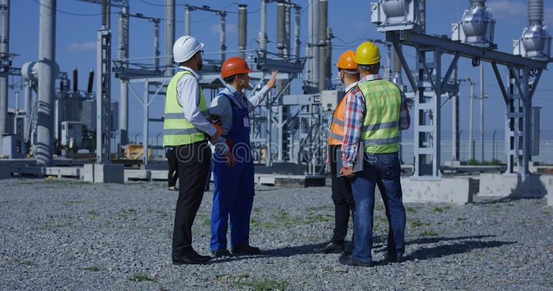 Ομάδα διαφορετικών εργαζομένων στις ηλιακές εγκαταστάσεις στοκ φωτογραφία με δικαίωμα ελεύθερης χρήσης
