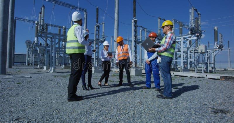 Ομάδα διαφορετικών εργαζομένων στις ηλιακές εγκαταστάσεις στοκ εικόνα