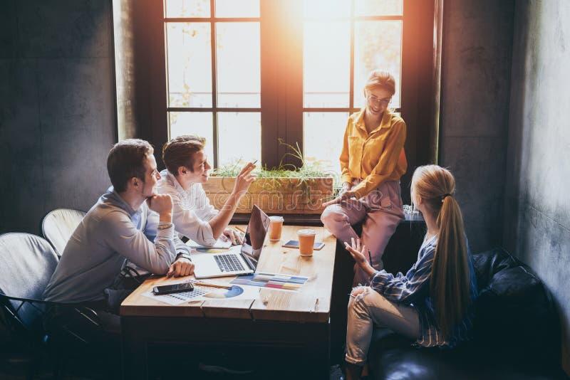 Ομάδα διαφορετικών σχεδιαστών που έχουν μια έννοια συνεδρίασης Ομάδα των γραφικών σχεδιαστών που διοργανώνουν μια συνεδρίαση στην στοκ εικόνες με δικαίωμα ελεύθερης χρήσης