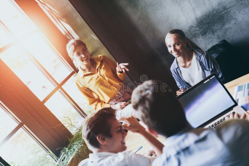 Ομάδα διαφορετικών σχεδιαστών που έχουν μια έννοια συνεδρίασης Ομάδα των γραφικών σχεδιαστών που διοργανώνουν μια συνεδρίαση στην στοκ φωτογραφία