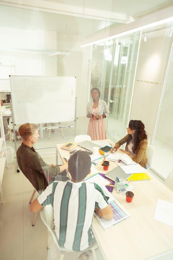 Ομάδα διεθνών σπουδαστών που συμμετέχουν στη συζήτηση γραμματικής στοκ φωτογραφίες