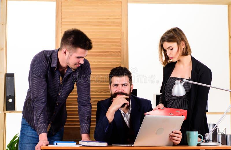 Ομάδα Διοίκησης προγράμματος Επιχειρησιακή ομάδα που εργάζεται και που επικοινωνεί μαζί στο γραφείο γραφείων Επαγγελματική ομάδα  στοκ εικόνες