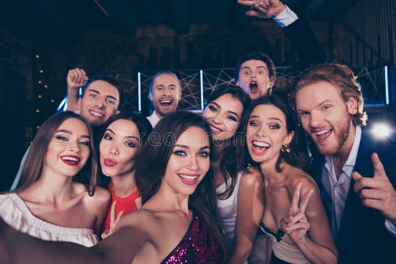 Ομάδα ελκυστικών, πανέμορφων, μοντέρνων, καθιερωνόντων τη μόδα φίλων ποικιλομορφίας στοκ εικόνα με δικαίωμα ελεύθερης χρήσης