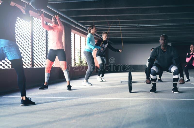 Ομάδα ενεργών φίλων που κάνουν crossfit τις ασκήσεις στοκ φωτογραφίες