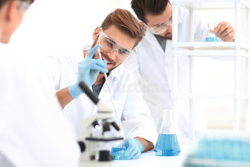Ομάδα επιστήμης εικόνας υποβάθρου στο εργαστήριο στοκ εικόνες