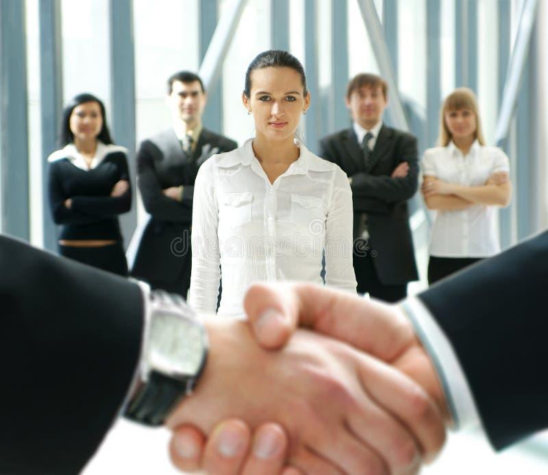 Ομάδα επιχειρηματιών και μιας χειραψίας στοκ εικόνα με δικαίωμα ελεύθερης χρήσης