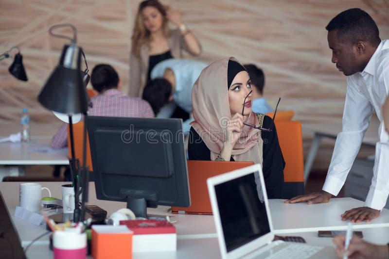 Ομάδα επιχειρηματιών ξεκινήματος που απασχολείται στην καθημερινή εργασία στο σύγχρονο γραφείο Γραφείο τεχνολογίας, επιχείρηση τε στοκ φωτογραφία με δικαίωμα ελεύθερης χρήσης