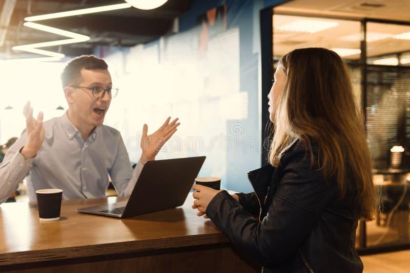 Ομάδα επιχειρηματιών που διοργανώνουν τη συζήτηση στο γραφείο στοκ εικόνες