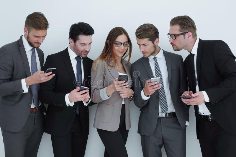 Ομάδα επιχειρηματιών που εξετάζουν τις οθόνες των smartphones τους στοκ φωτογραφία με δικαίωμα ελεύθερης χρήσης