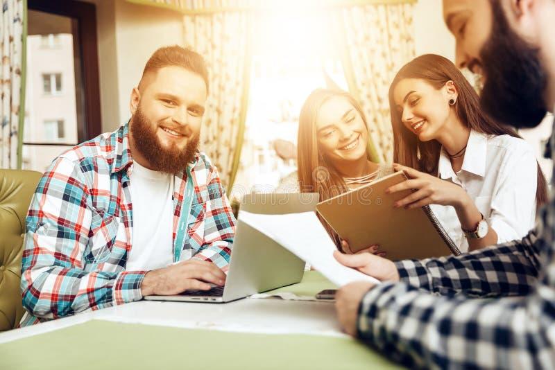 Ομάδα επιχειρηματιών που εργάζονται στο lap-top στον καφέ στοκ εικόνα με δικαίωμα ελεύθερης χρήσης