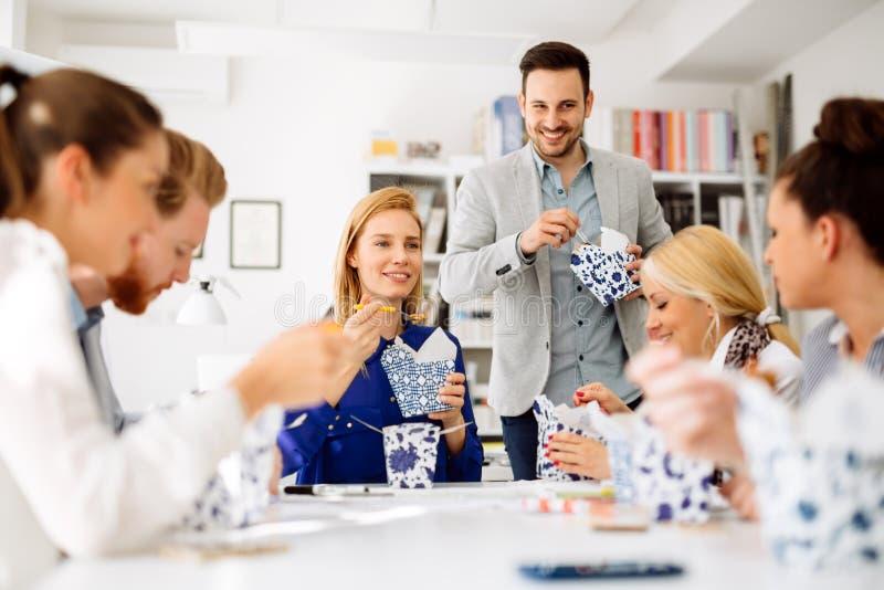 Ομάδα επιχειρηματιών που εργάζονται ως ομάδα στην αρχή στοκ εικόνες