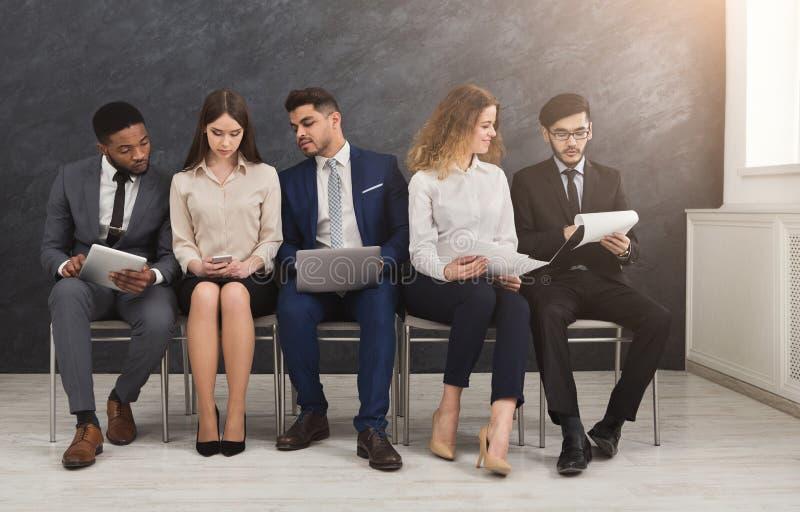 Ομάδα επιχειρηματιών που κάθονται με τις συσκευές στοκ φωτογραφία με δικαίωμα ελεύθερης χρήσης