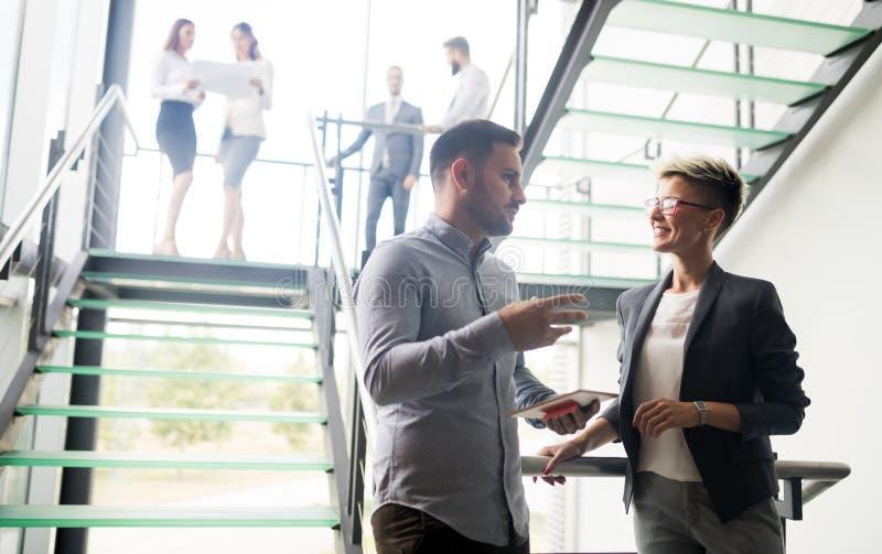 Ομάδα επιχειρηματιών που περπατούν και που παίρνουν στα σκαλοπάτια σε ένα γραφείο στοκ εικόνες
