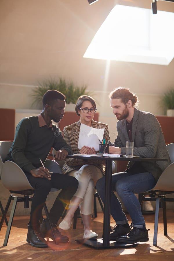 Ομάδα επιχειρηματιών που συναντιούνται στον καφέ στοκ φωτογραφία με δικαίωμα ελεύθερης χρήσης