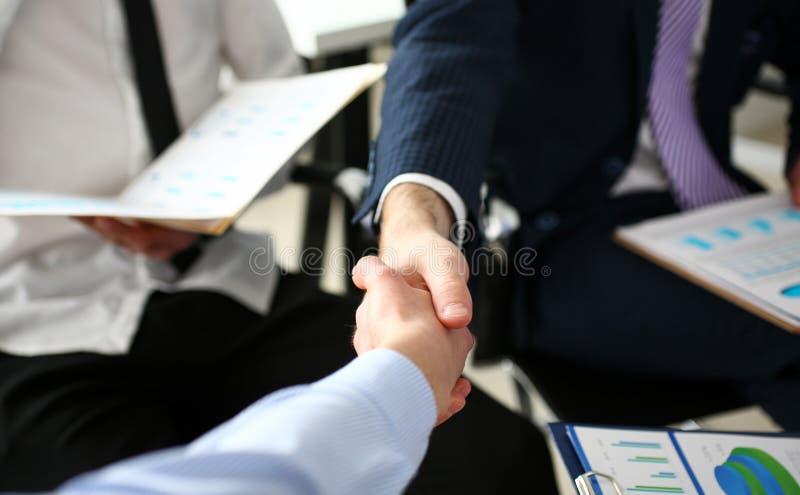 Ομάδα επιχειρηματιών που τινάζουν τα χέρια μετά από την παραγωγική συνεδρίαση στοκ εικόνα με δικαίωμα ελεύθερης χρήσης