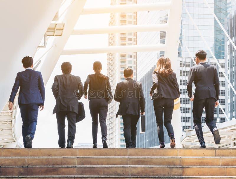 Ομάδα επιχειρηματιών που τρέχουν στον υπόλοιπο κόσμο στοκ φωτογραφία