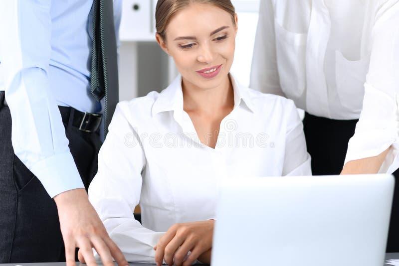 Ομάδα επιχειρηματιών που χρησιμοποιούν το φορητό προσωπικό υπολογιστή στην αρχή Έννοια συνεδρίασης και ομαδικής εργασίας στοκ εικόνα