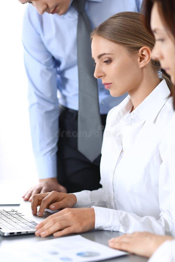 Ομάδα επιχειρηματιών που χρησιμοποιούν το φορητό προσωπικό υπολογιστή στην αρχή Έννοια συνεδρίασης και ομαδικής εργασίας στοκ φωτογραφία