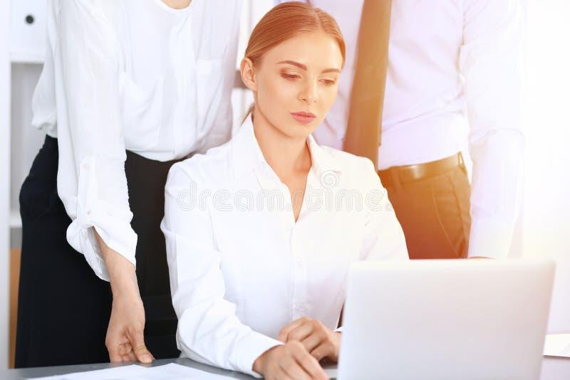 Ομάδα επιχειρηματιών που χρησιμοποιούν το φορητό προσωπικό υπολογιστή στην αρχή Έννοια συνεδρίασης και ομαδικής εργασίας στοκ εικόνες