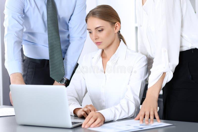 Ομάδα επιχειρηματιών που χρησιμοποιούν το φορητό προσωπικό υπολογιστή στην αρχή Έννοια συνεδρίασης και ομαδικής εργασίας στοκ φωτογραφία με δικαίωμα ελεύθερης χρήσης