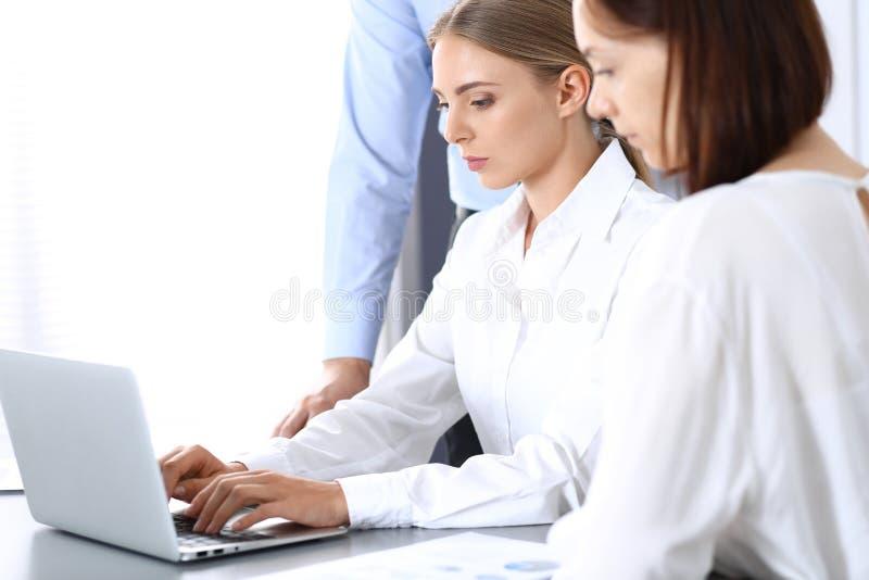Ομάδα επιχειρηματιών που χρησιμοποιούν το φορητό προσωπικό υπολογιστή στην αρχή Έννοια συνεδρίασης και ομαδικής εργασίας στοκ εικόνες με δικαίωμα ελεύθερης χρήσης