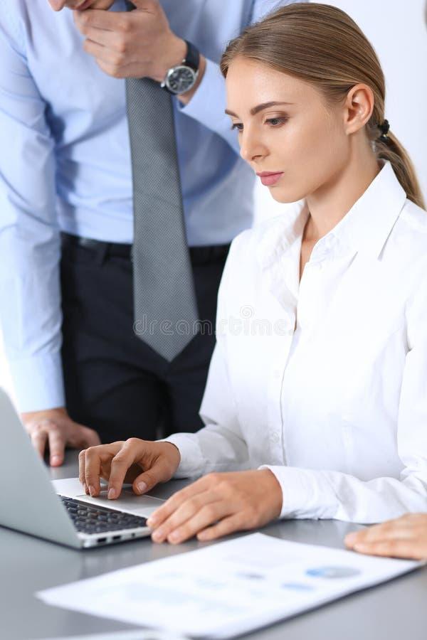 Ομάδα επιχειρηματιών που χρησιμοποιούν το φορητό προσωπικό υπολογιστή στην αρχή Έννοια συνεδρίασης και ομαδικής εργασίας στοκ εικόνα με δικαίωμα ελεύθερης χρήσης