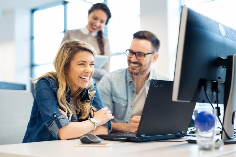 Ομάδα εργασίας επιχειρηματιών και προγραμματιστών λογισμικού ομαδικά στην αρχή στοκ εικόνα