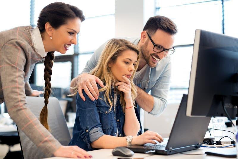 Ομάδα εργασίας επιχειρηματιών και προγραμματιστών λογισμικού ομαδικά στην αρχή στοκ φωτογραφίες με δικαίωμα ελεύθερης χρήσης