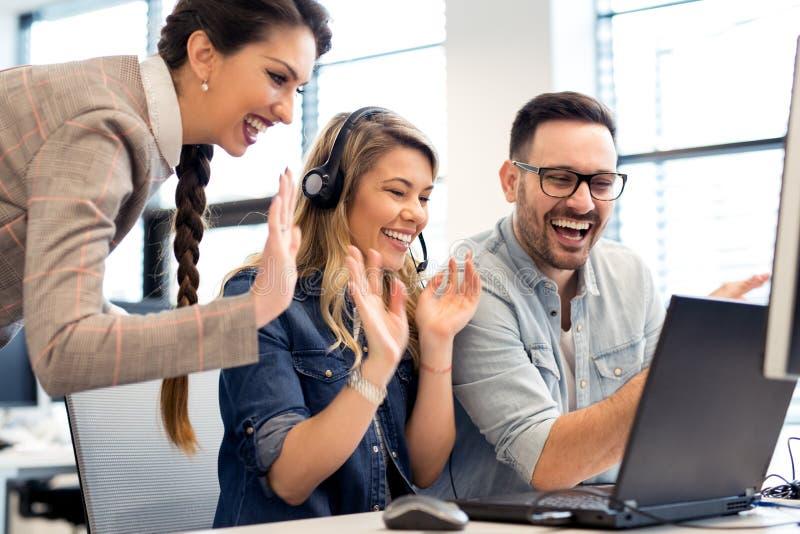 Ομάδα εργασίας επιχειρηματιών και προγραμματιστών λογισμικού ομαδικά στην αρχή στοκ εικόνα με δικαίωμα ελεύθερης χρήσης