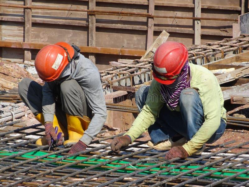 Ομάδα εργατών οικοδομών που κατασκευάζουν το φραγμό ενίσχυσης χάλυβα στοκ φωτογραφία με δικαίωμα ελεύθερης χρήσης