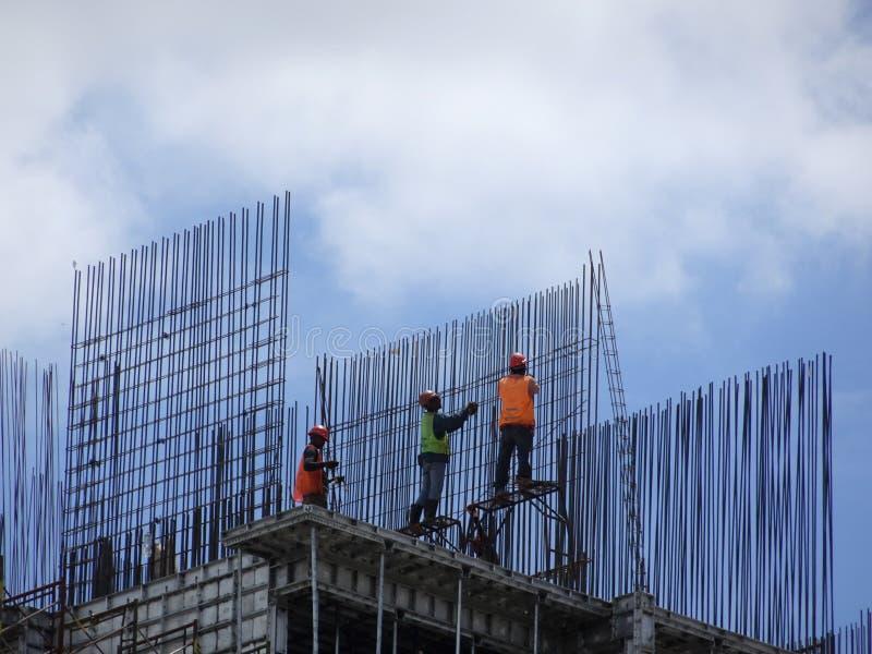 Ομάδα εργατών οικοδομών που κατασκευάζουν το φραγμό ενίσχυσης χάλυβα στοκ φωτογραφίες με δικαίωμα ελεύθερης χρήσης