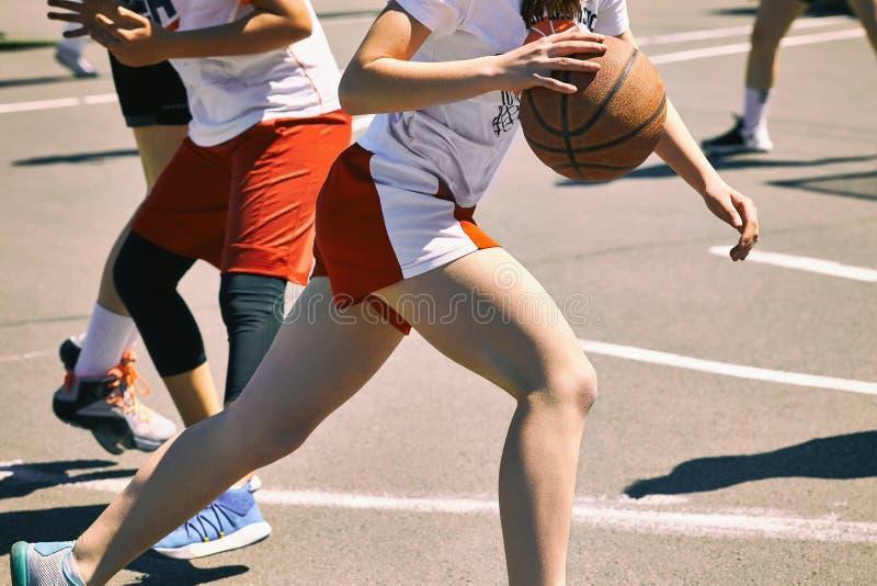 Ομάδα ευτυχών έφηβη basketba στο αθλητικών ομοιόμορφο, παιχνιδιού στοκ εικόνες