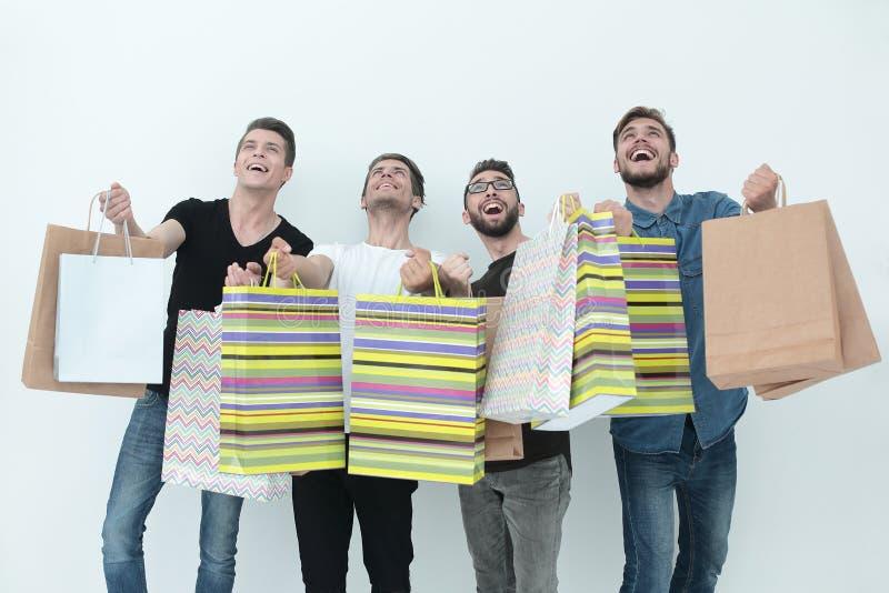 Ομάδα ευτυχών νέων φίλων με τις τσάντες αγορών στοκ εικόνες