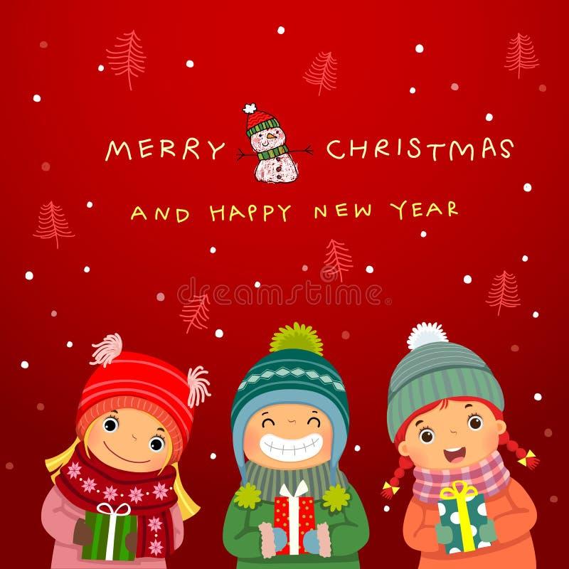 Ομάδα ευτυχών παιδιών με τα δώρα Χριστουγέννων και το χειμερινό υπόβαθρο ελεύθερη απεικόνιση δικαιώματος