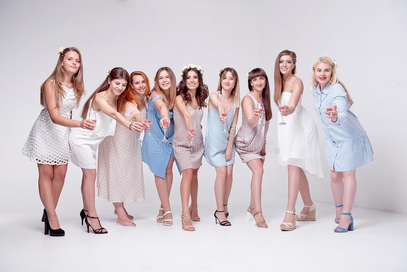 Ομάδα ευτυχών χαμογελώντας φίλων γυναικών που γιορτάζουν και που ψήνουν με τα ποτήρια της σαμπάνιας στοκ φωτογραφία με δικαίωμα ελεύθερης χρήσης