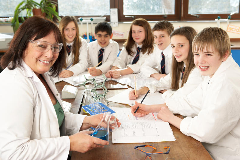 Ομάδα εφηβικών σπουδαστών στην κλάση επιστήμης στοκ φωτογραφίες με δικαίωμα ελεύθερης χρήσης