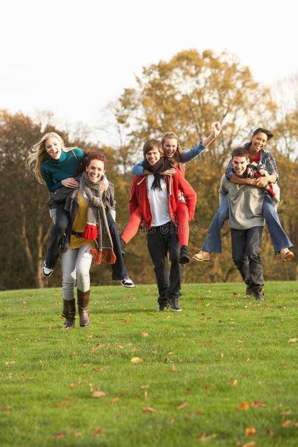 Ομάδα εφηβικών φίλων που έχουν το γύρο σηκωήσουν στην πλάτη στοκ φωτογραφίες με δικαίωμα ελεύθερης χρήσης