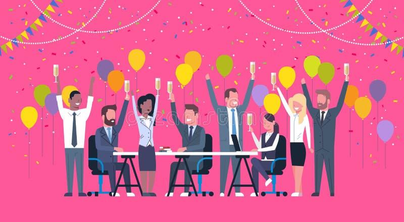 Ομάδα εύθυμων διαφορετικών επιχειρηματιών εορτασμού αυξημένων λαβή χεριών ομάδας φυλών μιγμάτων επιτυχίας ευτυχών που κάθεται δια απεικόνιση αποθεμάτων
