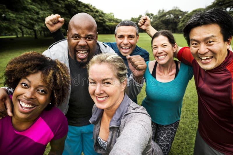 Ομάδα εύθυμων διαφορετικών φίλων στο πάρκο στοκ φωτογραφίες