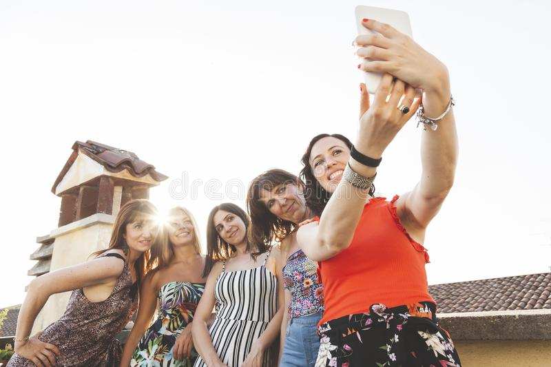 Ομάδα θηλυκών φίλων που παίρνουν ένα selfie με το smarthphone στοκ εικόνες με δικαίωμα ελεύθερης χρήσης