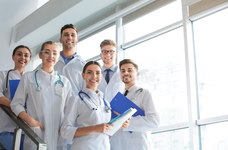 Ομάδα ιατρών στο εσωτερικό στοκ φωτογραφία με δικαίωμα ελεύθερης χρήσης