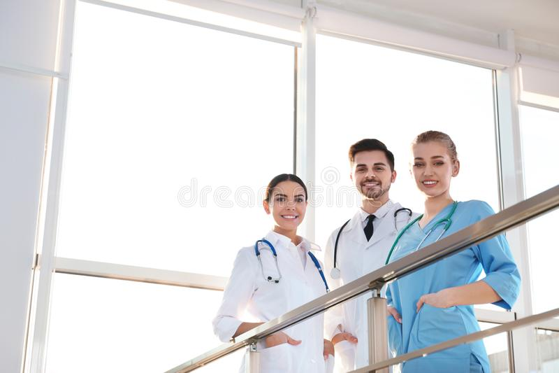 Ομάδα ιατρών στο εσωτερικό στοκ εικόνες