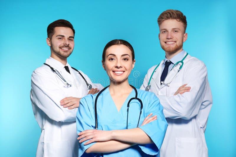 Ομάδα ιατρών στο υπόβαθρο χρώματος στοκ φωτογραφίες