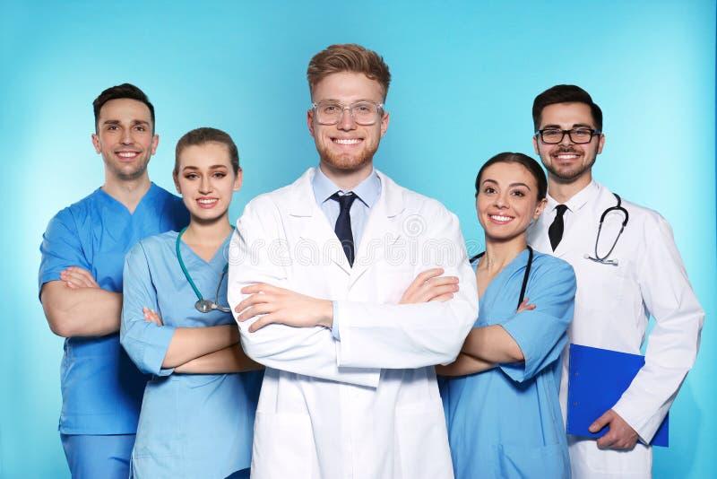 Ομάδα ιατρών στο υπόβαθρο χρώματος στοκ φωτογραφία με δικαίωμα ελεύθερης χρήσης