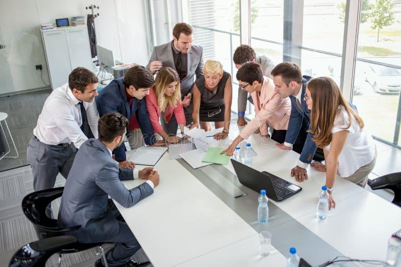 Ομάδα καυκάσιων εταιρικών ανθρώπων που διοργανώνουν μια επιχειρησιακή συνεδρίαση στοκ φωτογραφία