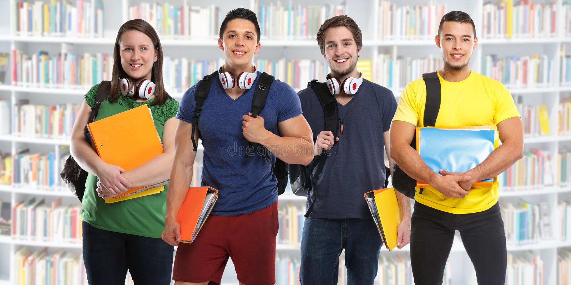 Ομάδα νέων βιβλιοθηκών εκπαίδευσης μελέτης σπουδαστών στοκ εικόνες
