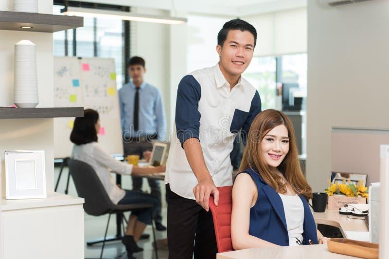 Ομάδα νέων επιχειρηματιών που εργάζονται στον εργασιακό χώρο στοκ εικόνες