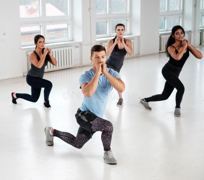 Ομάδα νέων που κάνουν τα exercices ικανότητας στοκ εικόνες