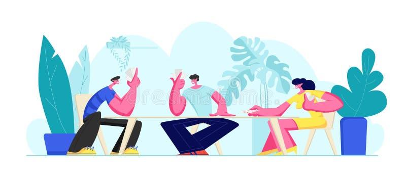 Ομάδα νέων που παίζουν τις κάρτες μαζί στις καλοκαιρινές διακοπές ή το Σαββατοκύριακο που κάθονται υπαίθρια τον πίνακα Χαρούμενο  ελεύθερη απεικόνιση δικαιώματος